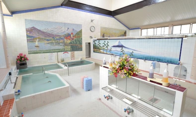 """""""開放感ある浴室。浴槽は3つ。(女湯)"""""""