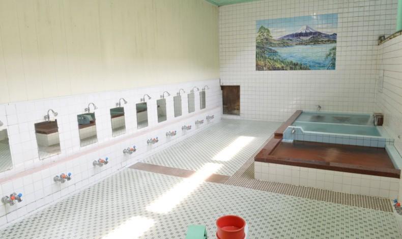 """""""広く清潔な浴室には3つの湯船。それぞれ深さと温度が変えてあります。"""""""