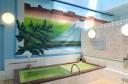 """""""富士山をモチーフにした壁絵が印象的な浴室。浴室背景画は映画看板等多数手がけている新潟在住の絵師八木勝喜による。"""""""