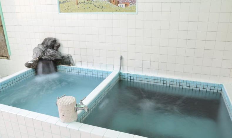 """""""好みによってわけてある、2種のお湯。左は浅い浴槽です。(男湯)"""""""