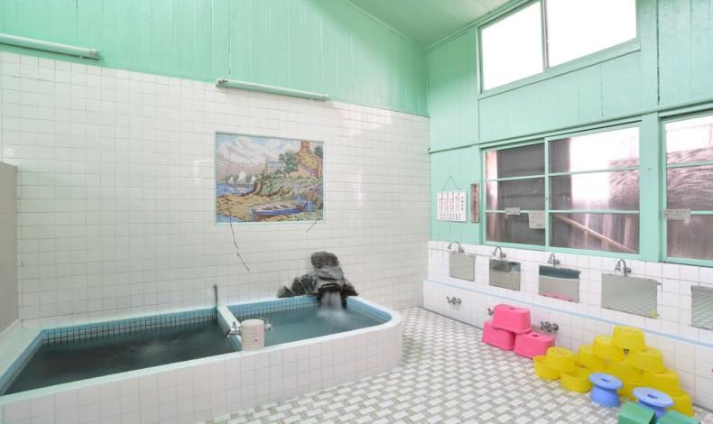 """""""高い天井が特徴的な、戦前の銭湯建築を色濃く残した浴場です。(女湯)"""""""