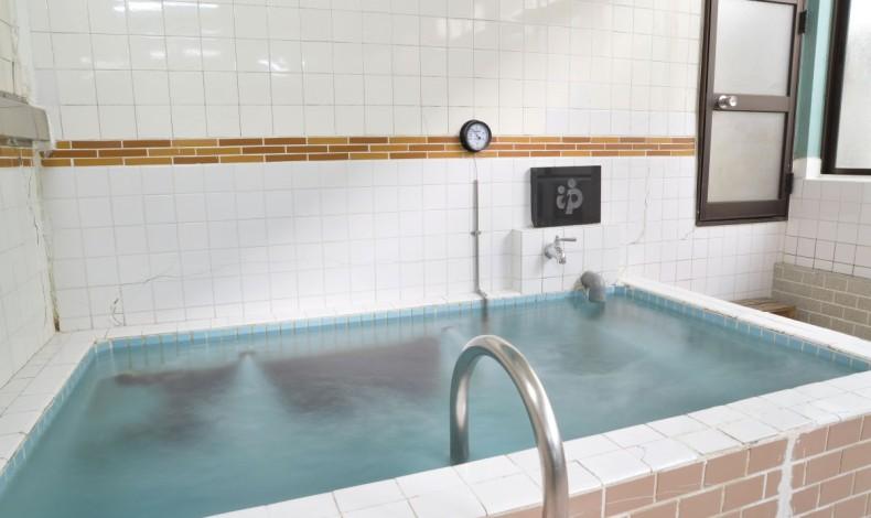 """""""深い浴槽。トルマリン天然石を使っています。"""""""