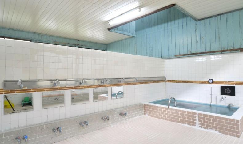 """""""再建を急いだために壁絵はあきらめたとのこと。シンプルな浴室。"""""""