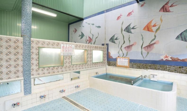 """""""モザイク画が特徴の浴室。壁一面を使い迫力があります。"""""""