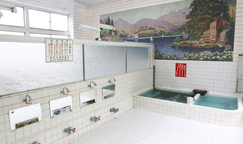 """""""男女の浴室に跨がる大きな壁絵が目を引きます。"""""""