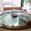 """""""特徴的な、中央の大きな円形風呂。"""""""