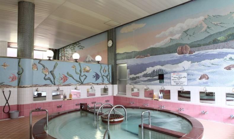 """""""広大なモザイク画と円形の浴槽が特徴的。"""""""