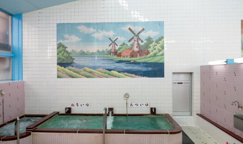 """""""女湯にはオランダ風車の風景。"""""""