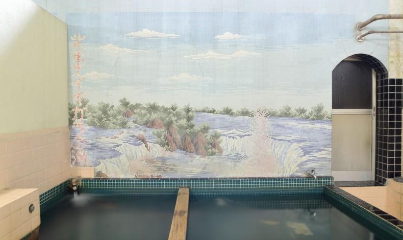 """""""女湯のタイル絵は北米ナイアガラの滝。滝の水しぶきも再現した見事なタイル絵です。"""""""