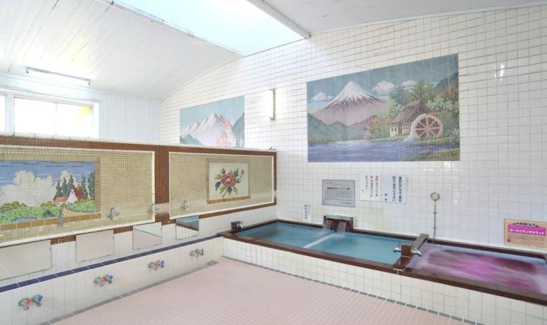 """""""広い浴室に高い天井。壁にはタイルのモザイク画。典型的な造りの銭湯です。"""""""