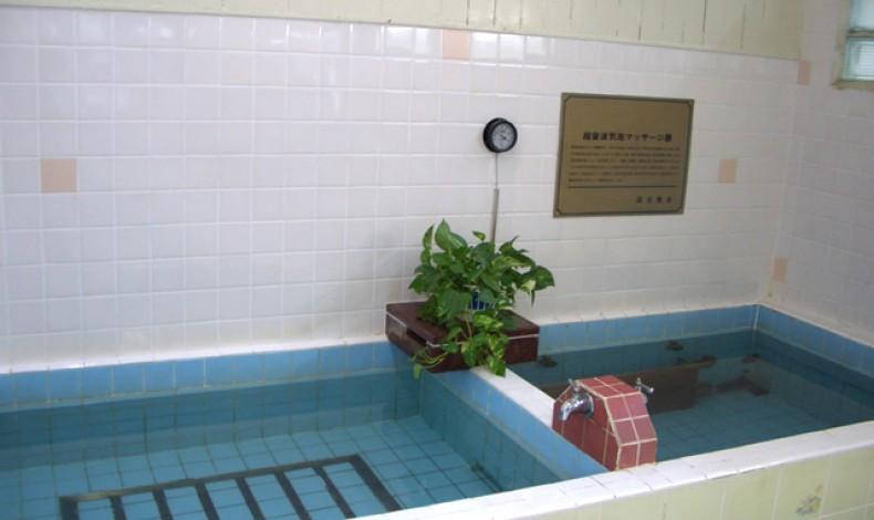 """""""浴槽は超音波と気泡の2種類。近代的な設備は何もありませんが・・・。"""""""